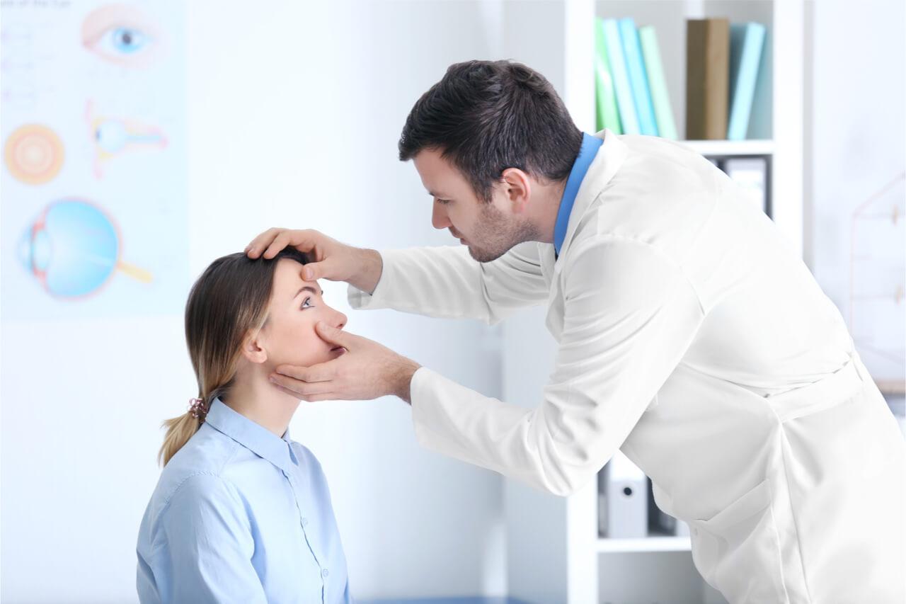 needs urgent care, eye doctor
